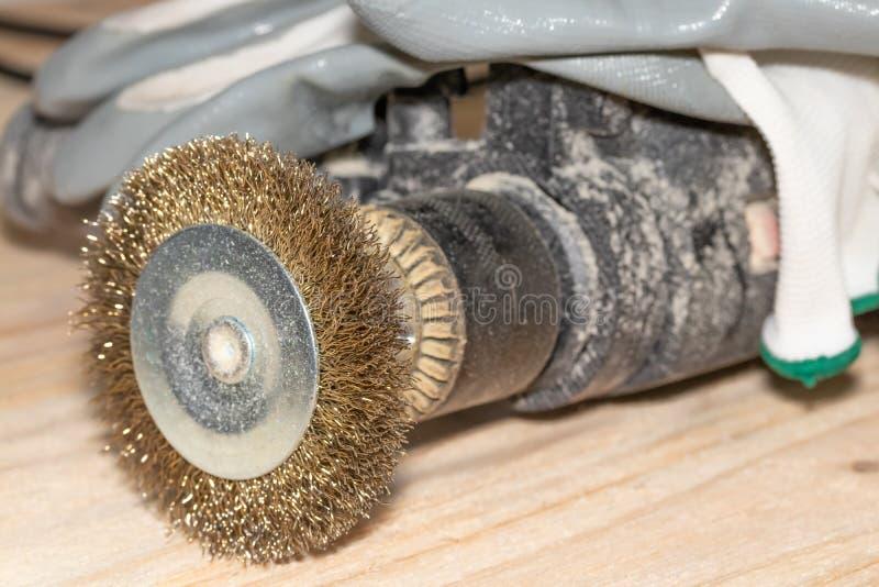 Elektryczny świder z dyskiem dla przetwarzać drewniane powierzchnie i rękawiczki na drewnianym joinery stole zdjęcia royalty free