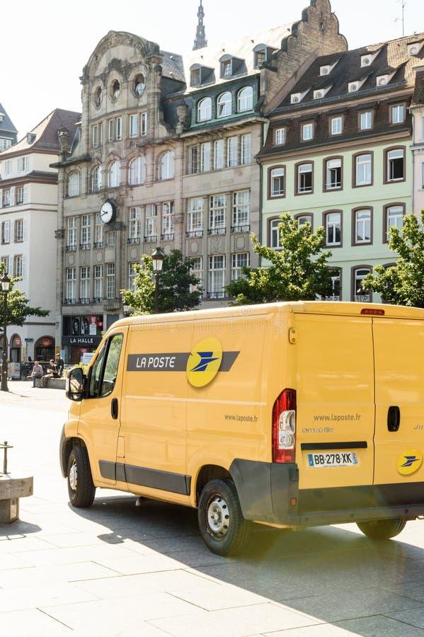 Elektryczny Citroen bluzy La Poste samochód dostawczy na miejscu Kleber zdjęcia stock