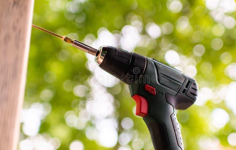 Elektryczny cordless świder na drewnianej powierzchni zdjęcie royalty free