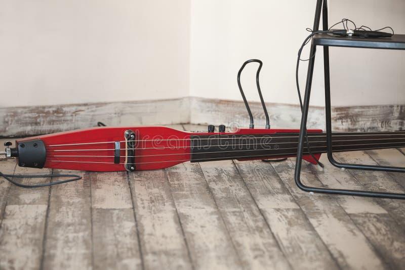 Elektryczny czerwony dwoisty bas kłaść obrazy royalty free