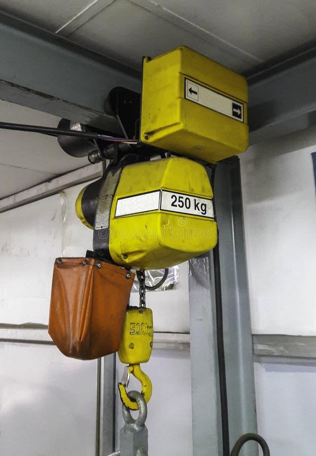 Elektryczny dźwignik wieszający na crain zdjęcie royalty free