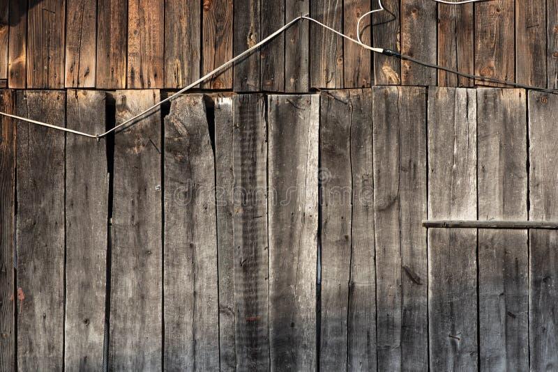 Elektryczny drut na drewnianej ścianie, ryzyko ogień Pojęcie - pożarniczy bezpieczeństwo fotografia royalty free