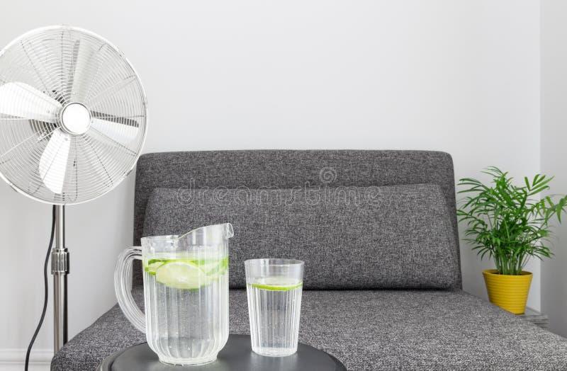 Elektryczny fan i woda cool w dół obrazy royalty free