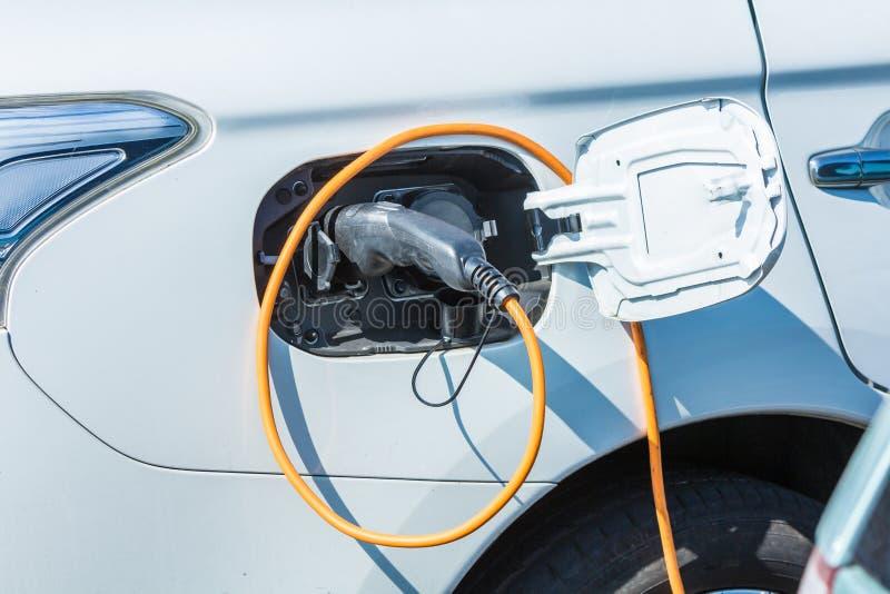 Elektryczny hybryd czopuje wewnątrz samochód przy ładuje stacją zdjęcia stock