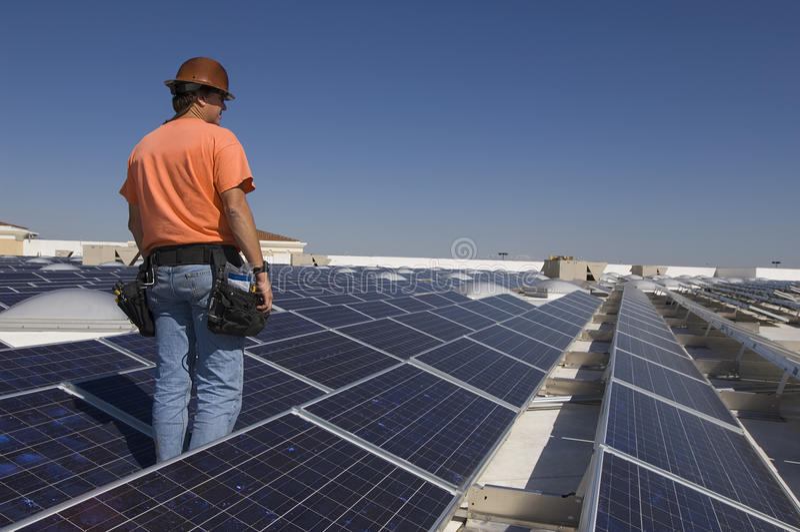 Elektryczny inżynier Wśród panel słoneczny obraz stock