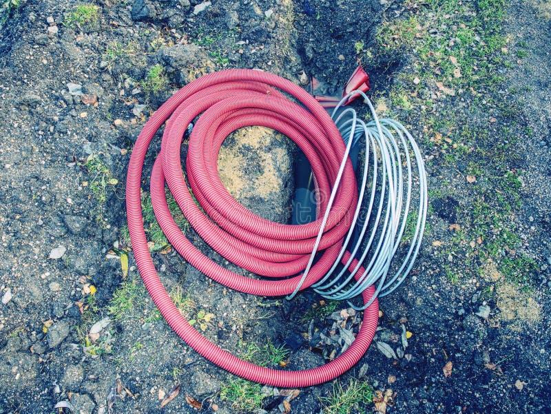 Elektryczny kabel w elastycznej bezpieczeństwo drymbie w jamie zdjęcie stock