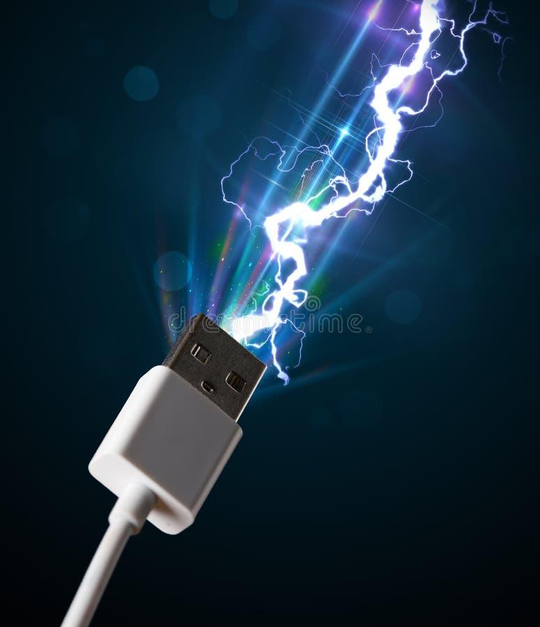 Elektryczny kabel z rozjarzoną elektryczności błyskawicą fotografia royalty free
