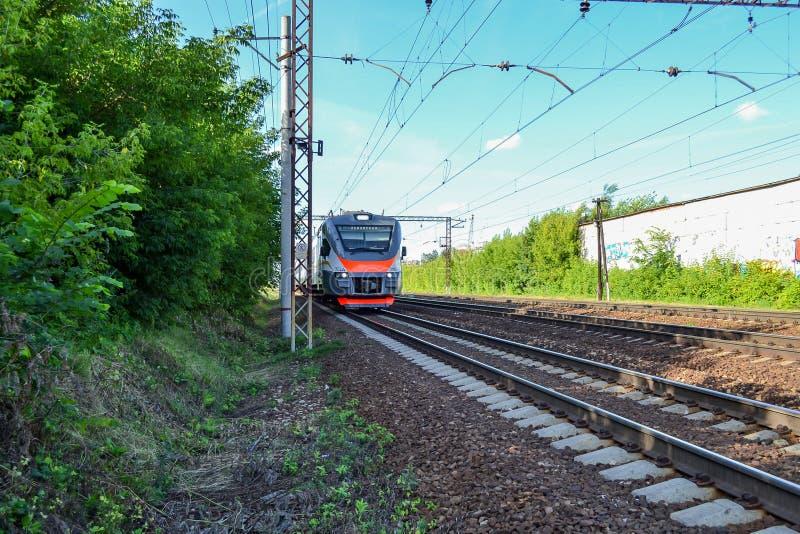 elektryczny nowożytny pociąg Rosja przypuszczenia katedralna dmitrov Kremlin Moscow pocztówkowa regionu Russia zima zdjęcie stock