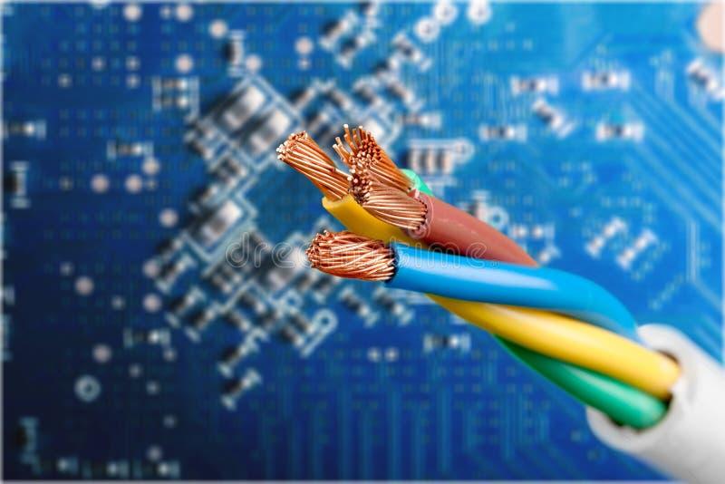 Elektryczny osłonięty kabel z dużo depeszuje odosobnionego obrazy stock