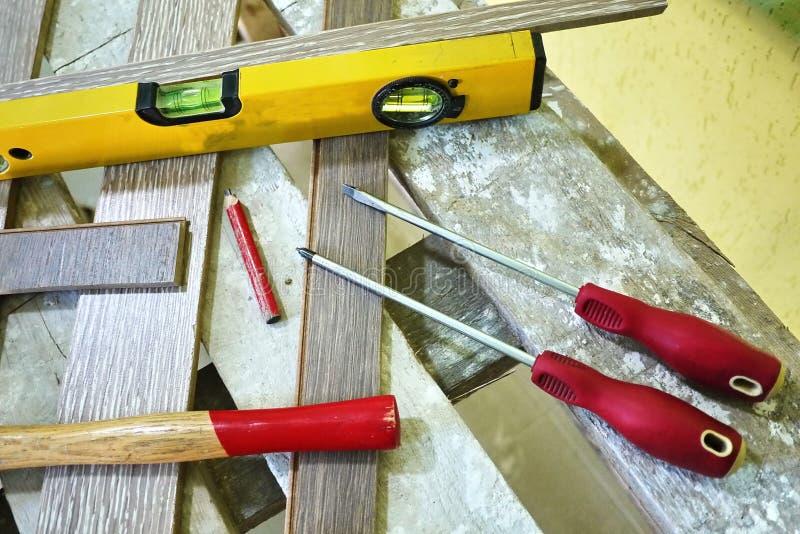 Elektryczny ostrzarz dla pracowa? na drewnie Dysk z z?bami robi mi? ?atwy ci?? drewno wymagany zdjęcie royalty free