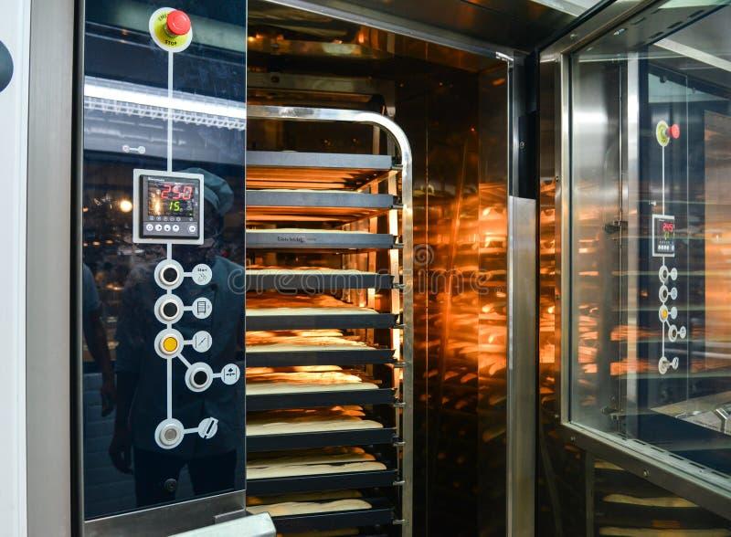 Elektryczny piekarnik przy piekarnią fotografia stock