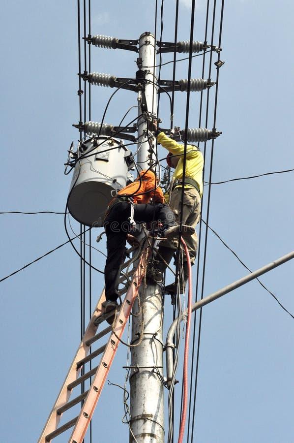 Elektryczny pracownik naprawia instalaci zdjęcia stock