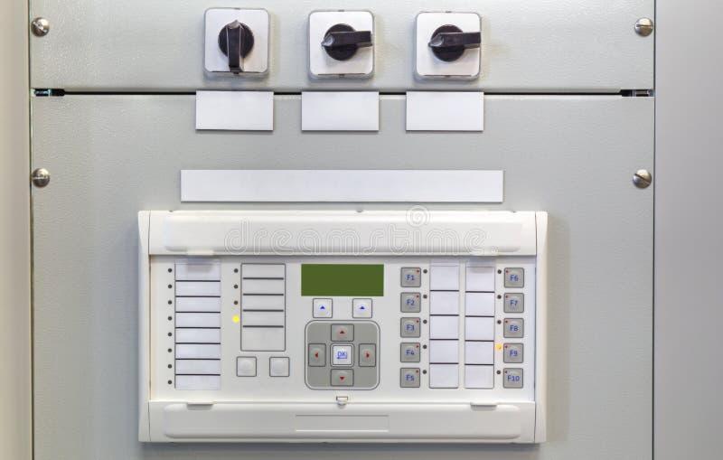 Elektryczny pulpit operatora z urządzeniami elektronicznymi w elektrycznej podstaci zdjęcia stock