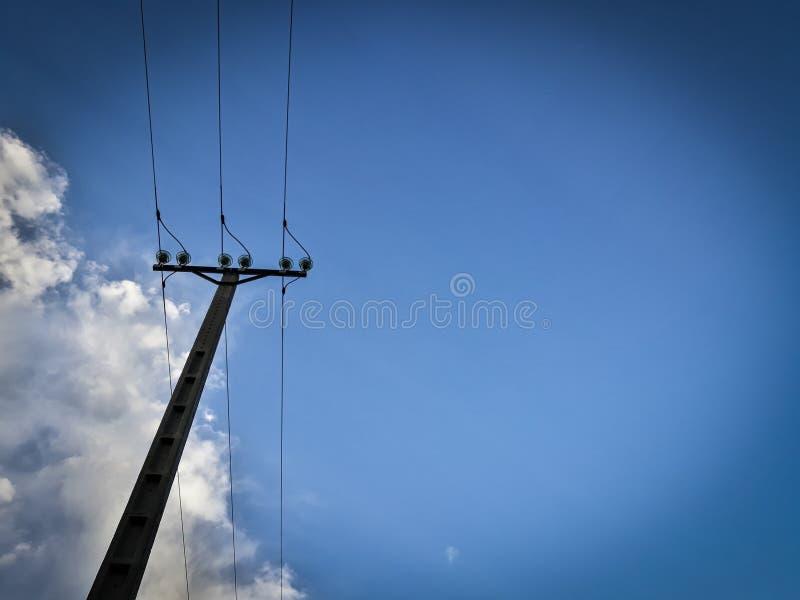 Elektryczny słup patrzeje niebieskie niebo obraz royalty free