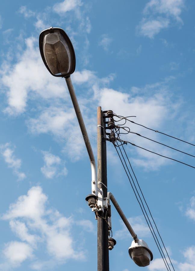 Elektryczny słup z bliźniaczą lampą zdjęcia stock