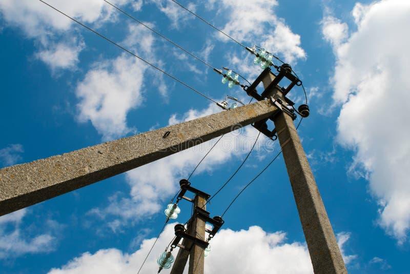 Elektryczny słup z drutami przeciw niebieskiemu niebu z chmurami zdjęcie royalty free