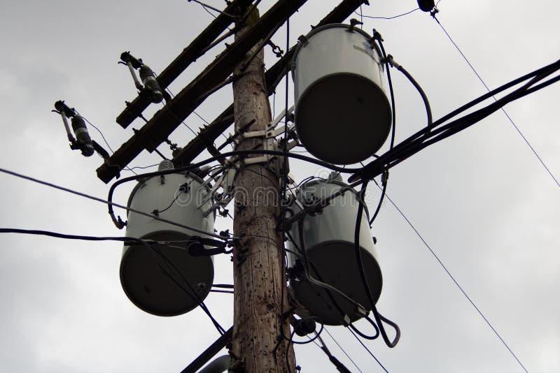 Elektryczny słup z udziałami kable zdjęcie stock