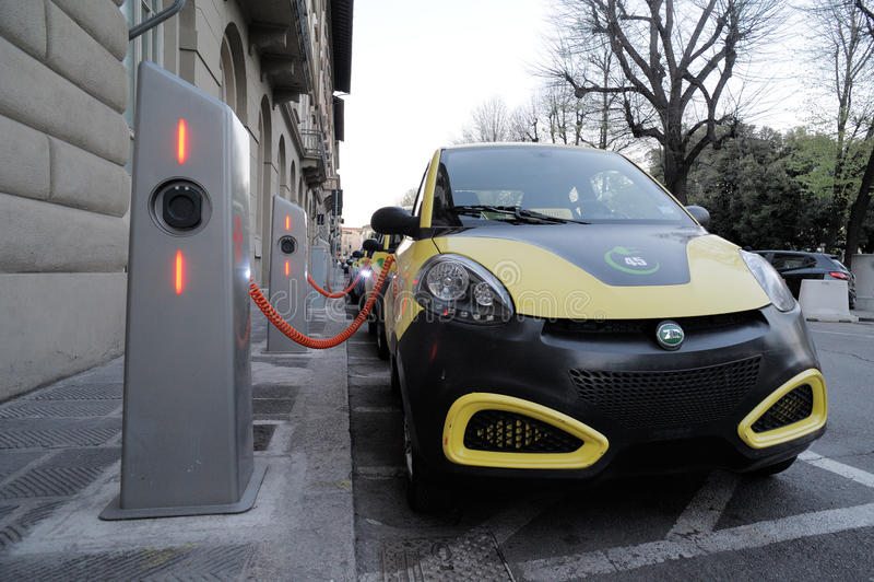 Elektryczny samochód w Swobodnie Podładowywać stację zdjęcie royalty free
