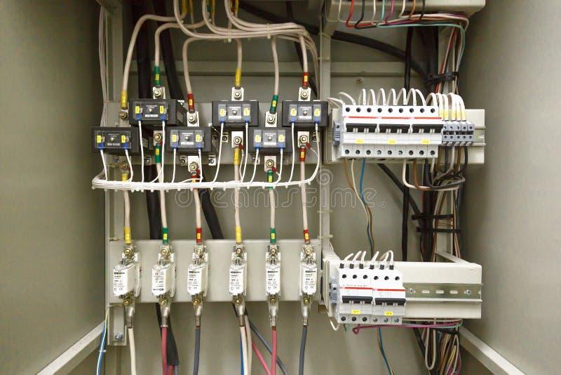 Elektryczny switchboard, drut, automat elektryczna os?ona zdjęcie stock