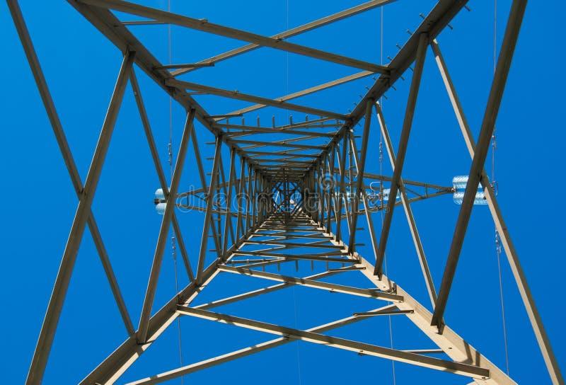 Elektryczny trellis i niebieskie niebo zdjęcie royalty free