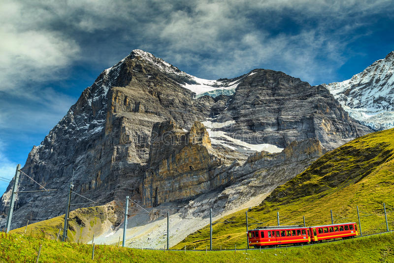Elektryczny turysty pociąg i Eiger Północna twarz, Bernese Oberland, Szwajcaria obrazy stock