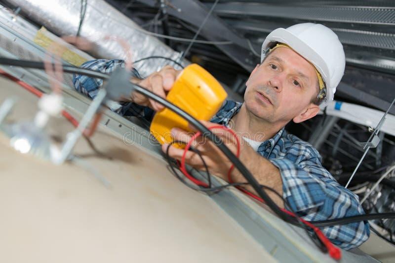 Elektryczny używa ręczny calibrator kalibrować instrument zdjęcie stock