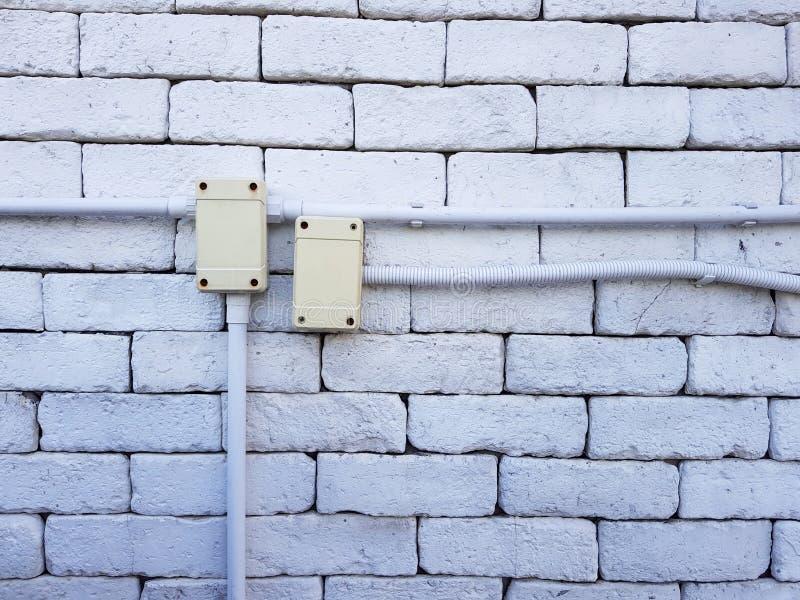 Elektryczny ujście na czerwonym ściana z cegieł pojęciu władza lub łączliwość, władz ujścia na ściana z cegieł vertical orientaci obrazy stock