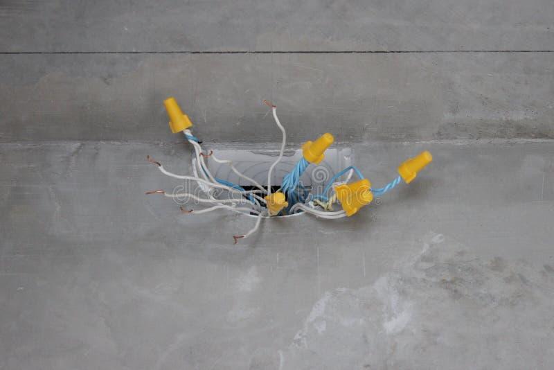 Elektryczny złącza pudełko z drutami i kablami elektryczny drutowanie w domu lub mieszkaniu staranny nowożytny odświeżanie zdjęcie stock