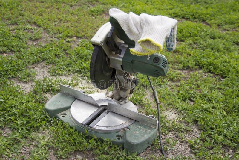 Elektryczny zobaczył na zielonym gazonie zdjęcia royalty free