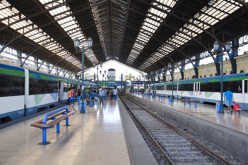 Elektrycznych pociągów stojak na środkowej staci kolejowej obrazy royalty free