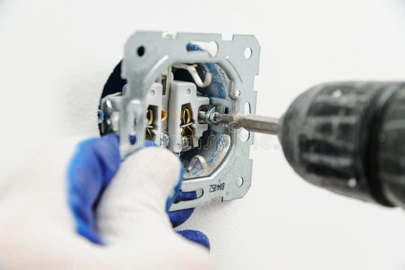 Elektryk instaluje elektrycznego ujście zdjęcie stock
