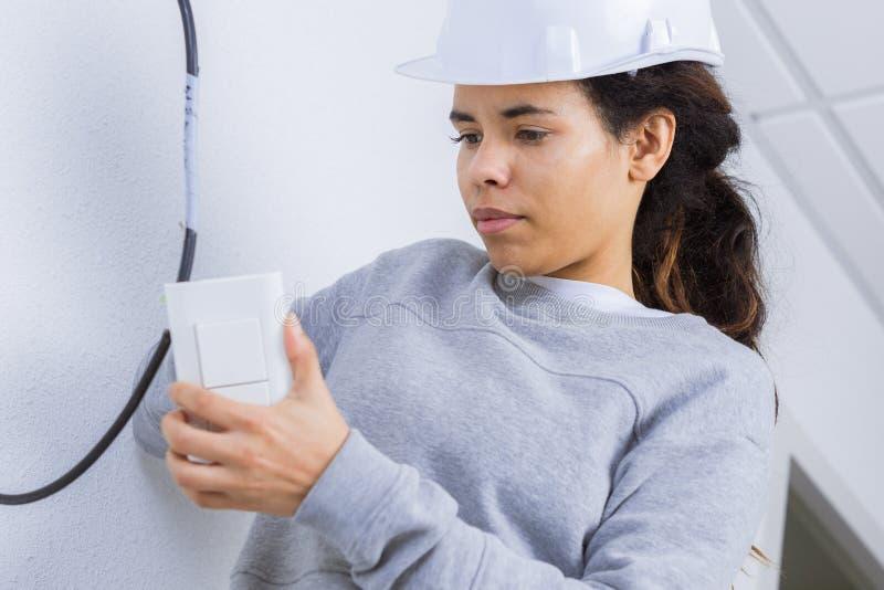 Elektryk kobieta instaluje zmianę w nowym domu obrazy royalty free