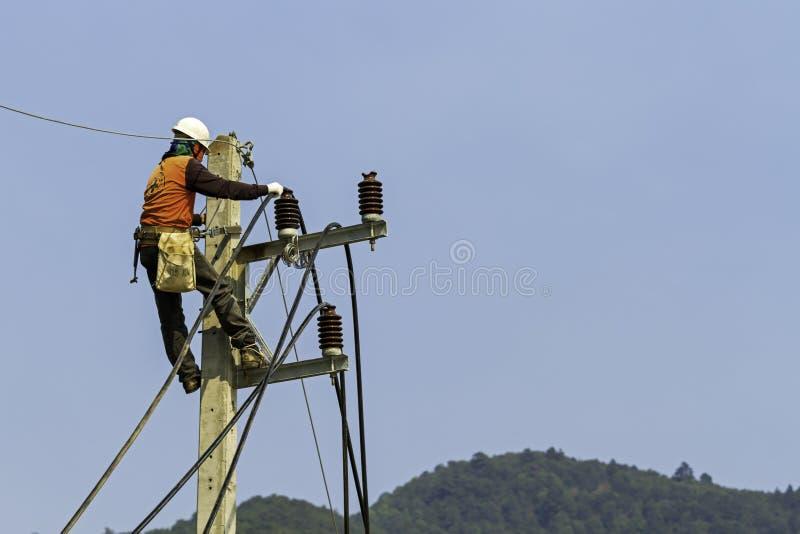 Elektryk na elektrycznym słupie zdjęcia royalty free