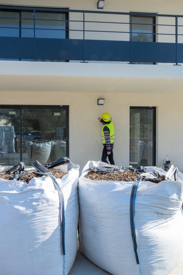 Elektryk pozuje plenerowego oświetlenie na budynku w budowie obrazy stock