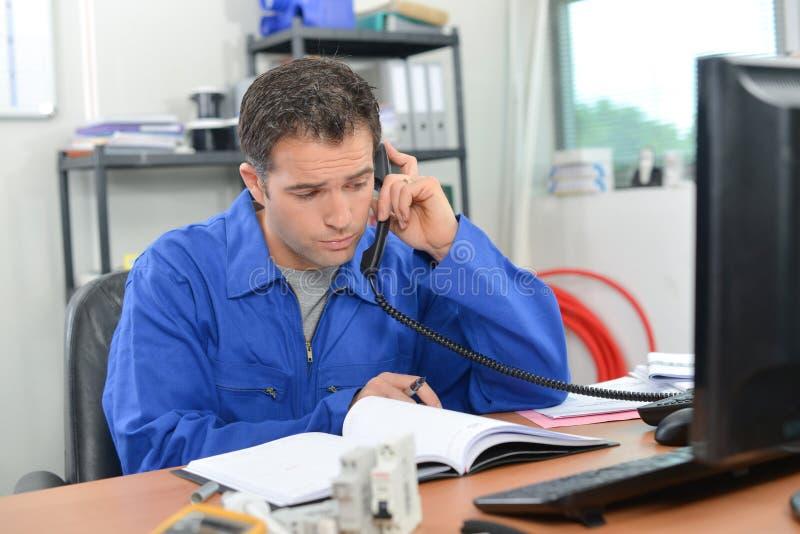 Elektryk pracuje przy biurkiem fotografia royalty free