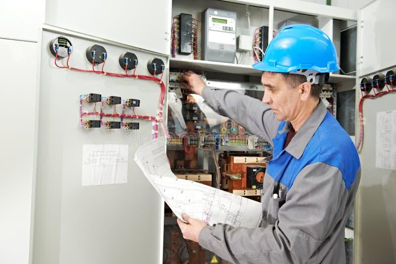 Elektryk pracuje przy linii energetycznej pudełkiem obraz royalty free