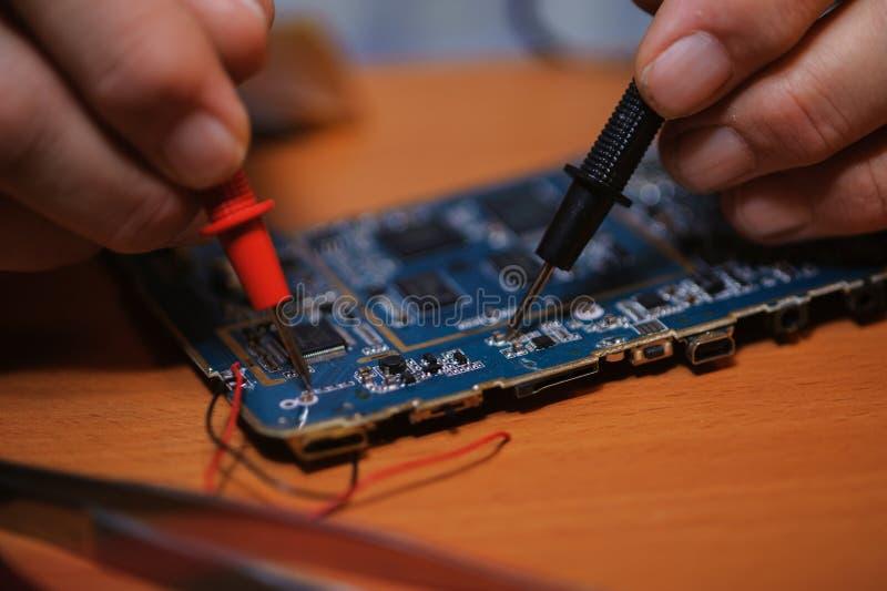 Elektryk pracuje z multimeter, zbliżenie zdjęcie stock