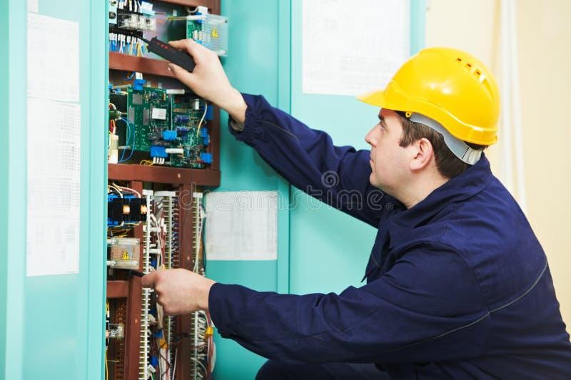 Download Elektryk Przy Zbawczego Lontu Przyrządem Zamienia Pracę Zdjęcie Stock - Obraz złożonej z gromadzić, actuator: 28960978