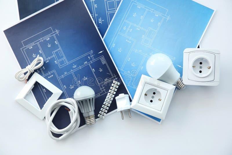 Elektryk, s dostawy z elektrycznymi planów rysunkami na białym tle « zdjęcie stock