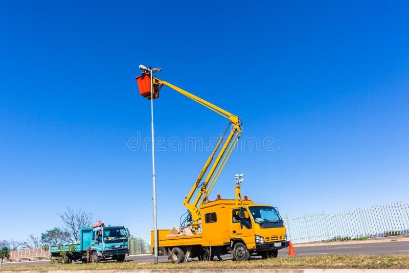 Elektryk Wysokiej drogi lekkich ciężarówek naprawy zdjęcie stock