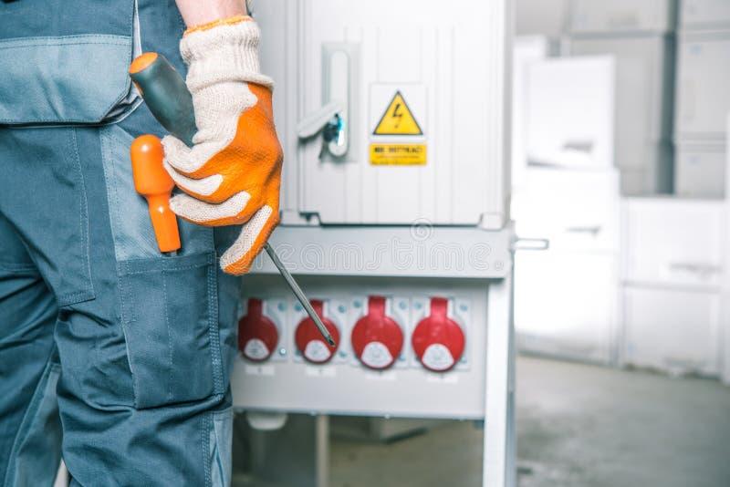 Elektryka pracownik przy pracą zdjęcia stock