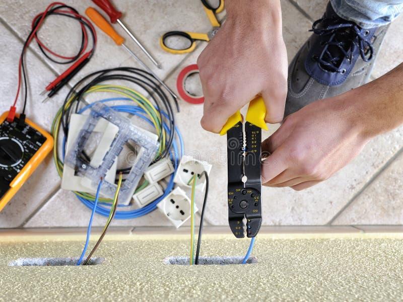 Elektryka technik przy pracą na mieszkaniowym elektrycznym systemu zdjęcie royalty free