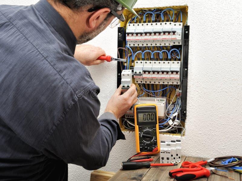 Elektryka technik przy pracą z ochronnym hełmem na resid obrazy royalty free