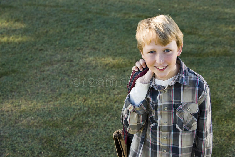 elementär lycklig skola för bookbagpojke royaltyfria foton