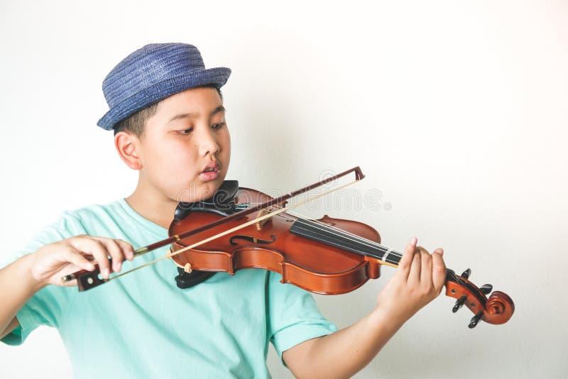 Elementära pojkar som studerar fiolmusik fotografering för bildbyråer