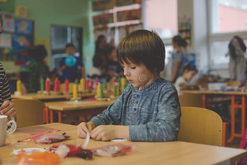 Elementärt ålderbarn som skapar konsthantverkprodukten, dröm- catc royaltyfria foton