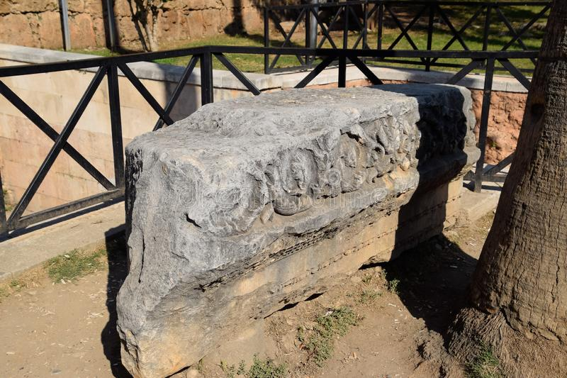 Element brama Hadrian na ziemi blisko bramy Ruiny antyczny obraz royalty free