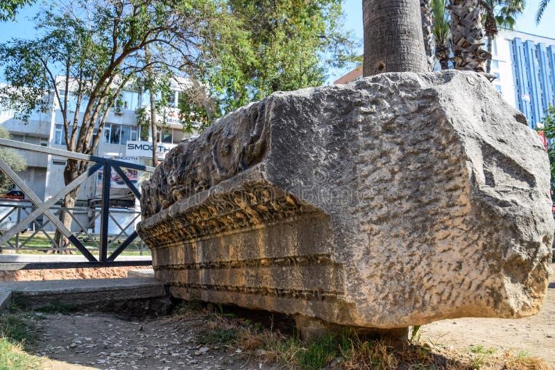 Element brama Hadrian na ziemi blisko bramy Ruiny antyczny obraz stock