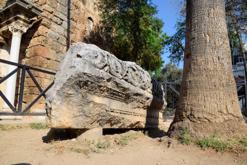 Element brama Hadrian na ziemi blisko bramy Ruiny antyczny zdjęcia stock