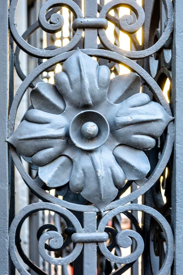 Element des Architekturdekorgitters, Äußeres Metallschmiedeeisentor lizenzfreie stockfotos